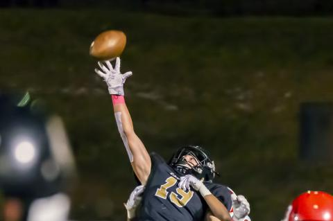 Cat Claw: Reagan Cochran (19) makes a spectacular one-handed catch just before halftime.